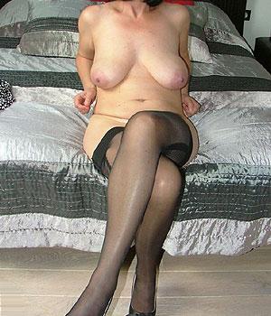 Cougar sexy, seins nus en paire de collants