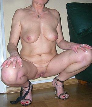 Femme cougar nue chez elle à Metz
