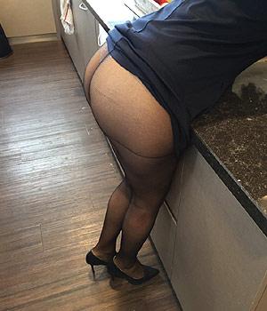 Femme cougar sexy de Metz en collants et talons