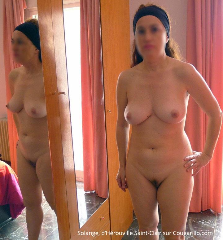 Solange pose nue devant son miroir - Cougarillo.com