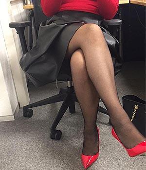 Femme cougar sexy de Metz en jupe, collants et talons