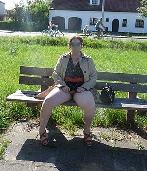 Femme ronde exhibe sa chatte sur un banc à Abbeville