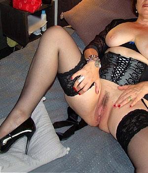 Femme Cougar sexy de Metz exhibe sa chatte en lingerie