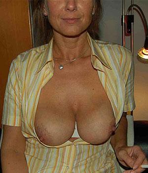 Femme Cougar se caresse la chatte sur Cougarillo.com