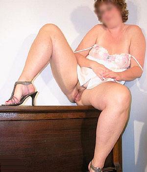 Femme ronde exhibe son intimité