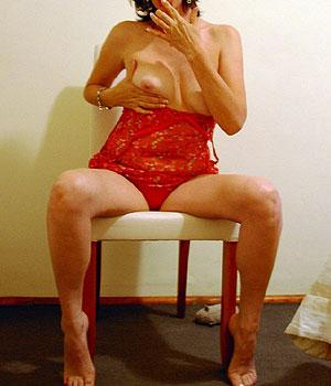 Femme divorcée en nuisette sexy montre ses seins