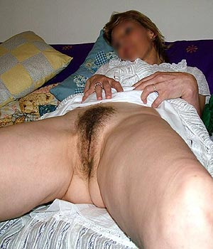Cougar exhibe sa jolie chatte poilue