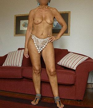 Femme cougar chez elle s'exhibe en tenue légère et montre ses seins