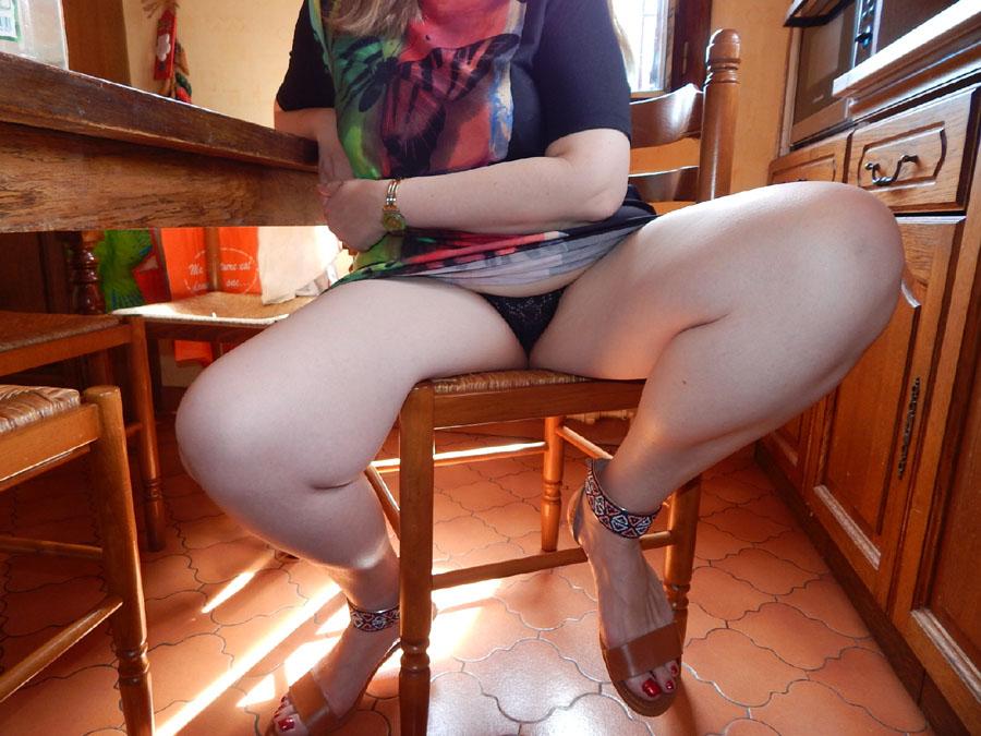 Femme écarte les cuisses en culotte