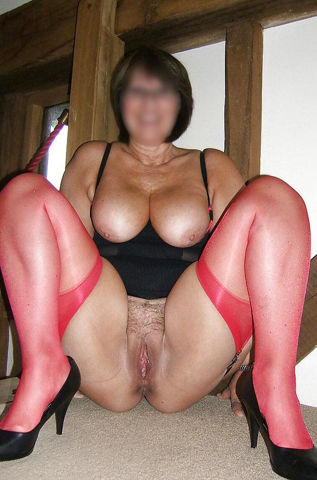 Femme sexy en lingerie et bas nylon rouge