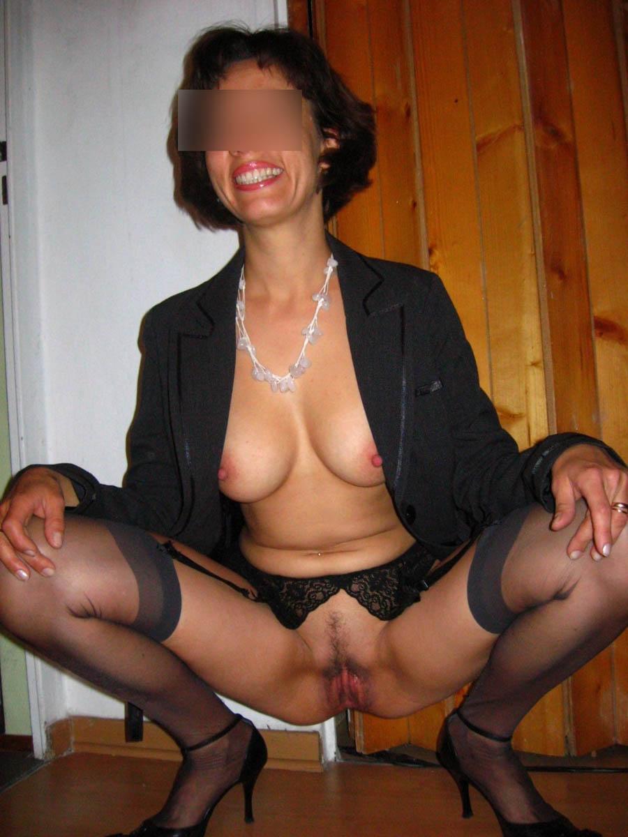 Cougar de Béziers écarte les cuisses et exhibe sa belle chatte en lingerie