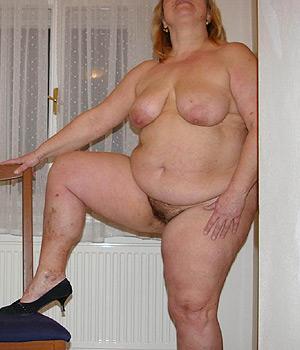Femme grosse avec formes exhibe sa poitrine généreuse