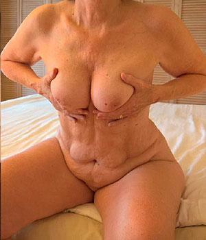 Saumuroise retraitée exhibe ses gros seins naturels