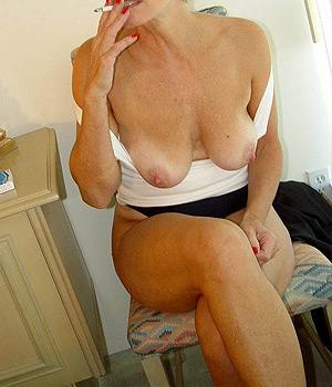 Femme Cougar de Villeurbanne seins nus