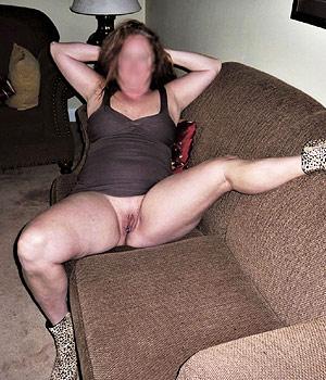 Femme mature s'exhibe sur son canapé et cherche une rencontre