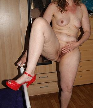 Jocondienne nue en escarpins rouge sexy