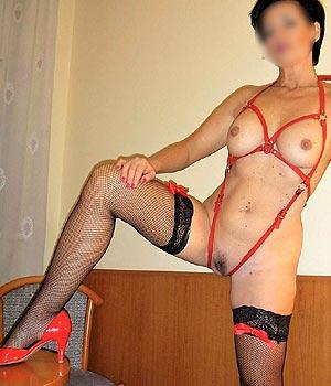Cougar sexy en lingerie coquine, bas nylon et escarpin rouge