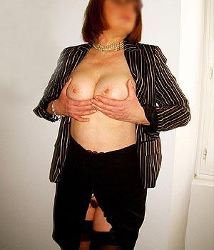 Cougar sexy serre ses deux gros seins l'un contre l'autre