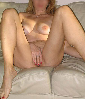 Milf toute nue se masturbe doucement