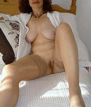 Mulhousienne mature exhibe son minou en bas nylon