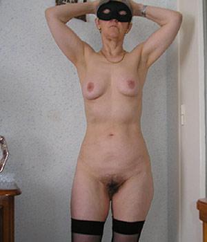 Poitevine (femme âgée) nue en lingerie, chatte poilue