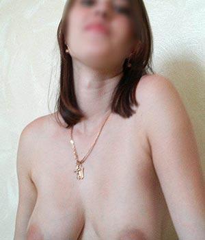 Brune les seins naturels nus