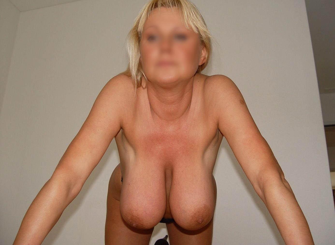 Bisontine, blonde et mature montre sa grosse poitrine qui pendouille