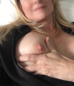 Bisontine, mère de famille, exhibe ses téton bien durs