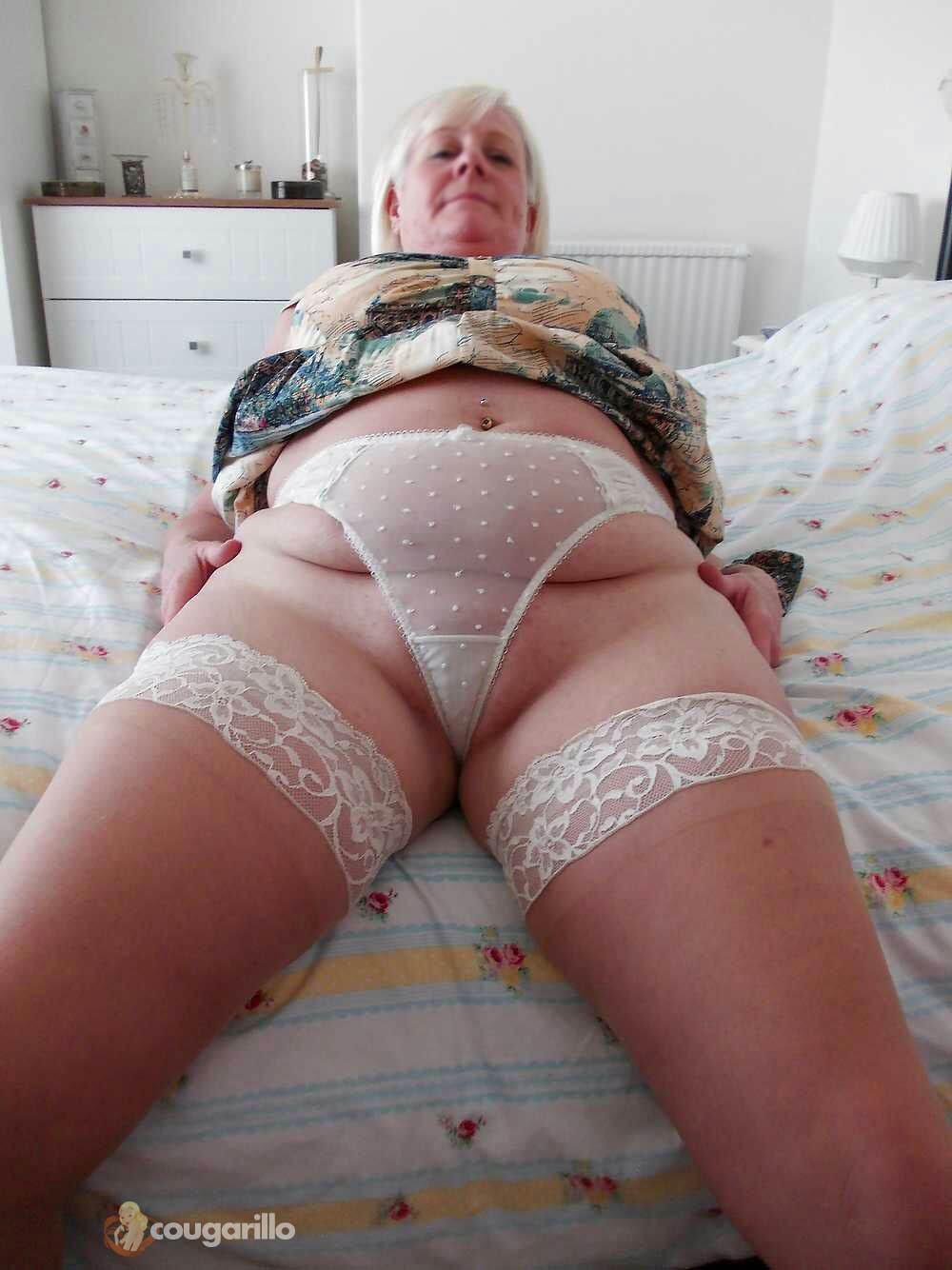Femme âgée d'Ajaccio s'exhibe en lingerie coquine