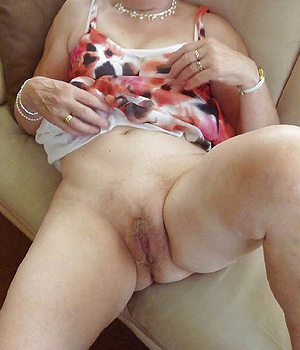 Mamie coquine exhibe son minou