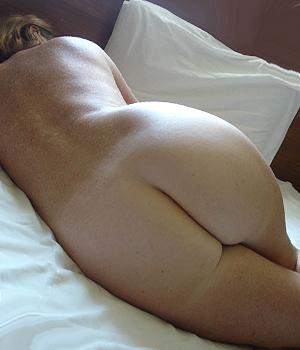 Toute nue à l'hôtel, je montre mes fesses