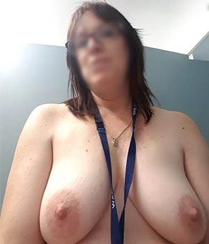 J'exhibe mes seins à la maison