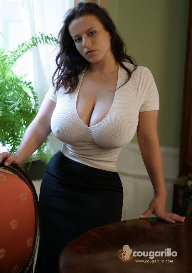 Grosse paire de seins en décolleté
