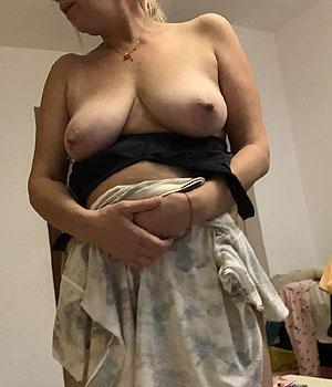 Femme mature exhibe ses beaux seins naturels