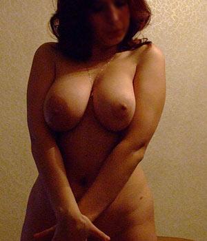 Jeune femme avec une belle et grosse poitrine naturelle