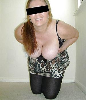 Mes gros seins sortis de mon décolleté