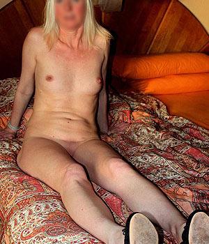 Toute nue sur mon lit, j'ai envie de sexe rapidement