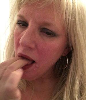 Blonde mature et chaude suce ses doigts