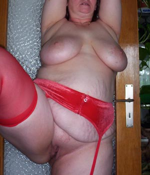 J'exhibe ma chatte en lingerie rouge coquine