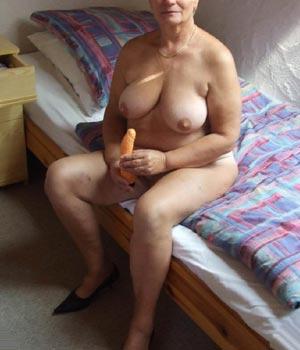 Femme mature d'Aix avec un gode dans les mains