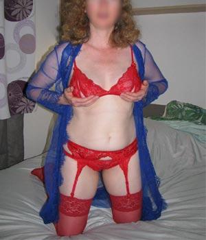 Lingerie rouge sexy sur le canapé