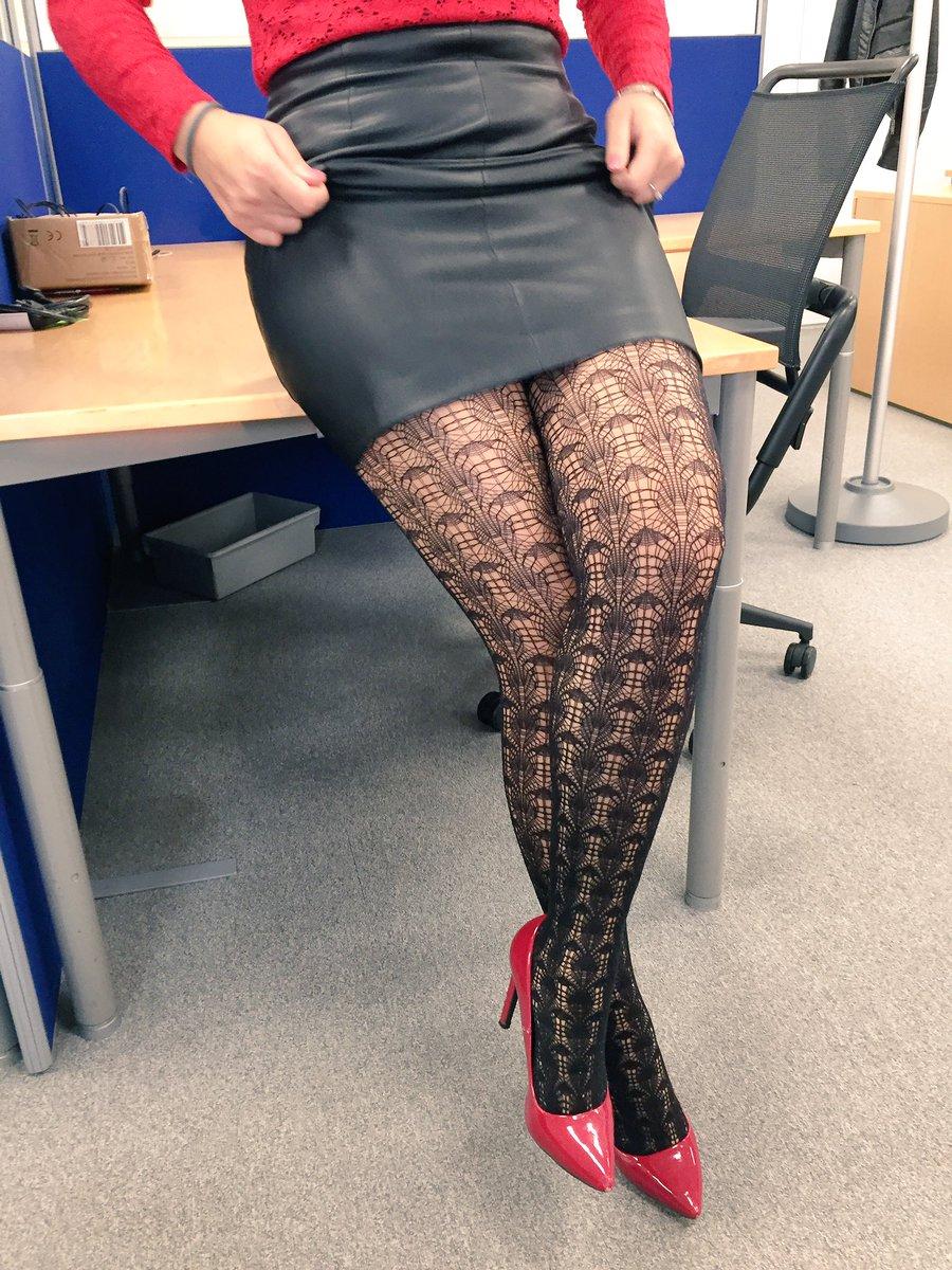 Paire de collants fantaisie et mini-jupe noire