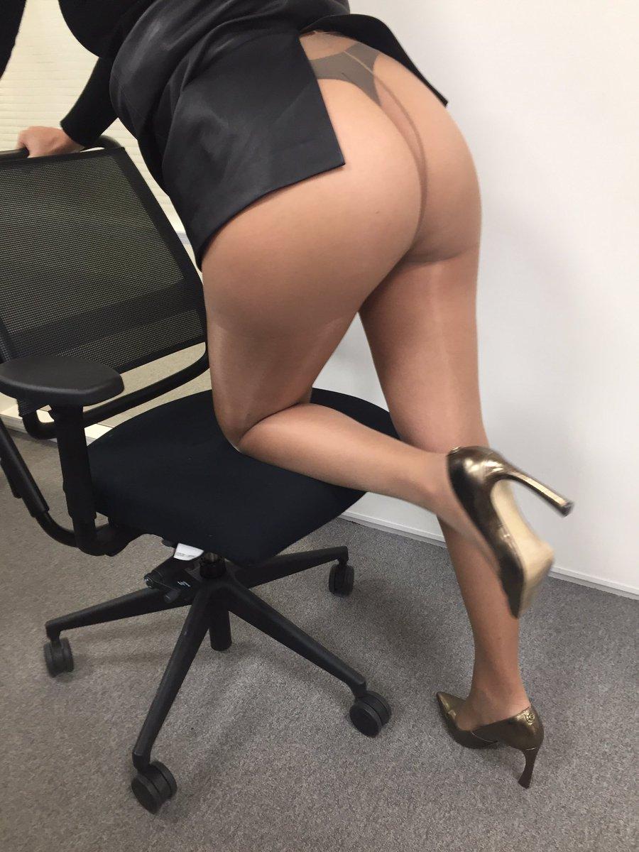 Position coquine sur le fauteuil du bureau