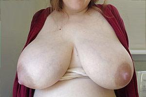 Laura nue montre ses seins opulents