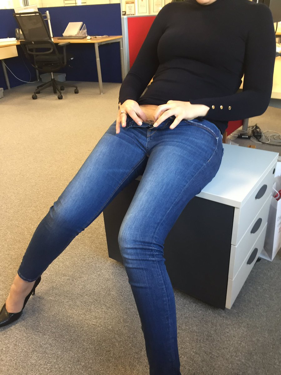 Brigitte débouttone son pantalon