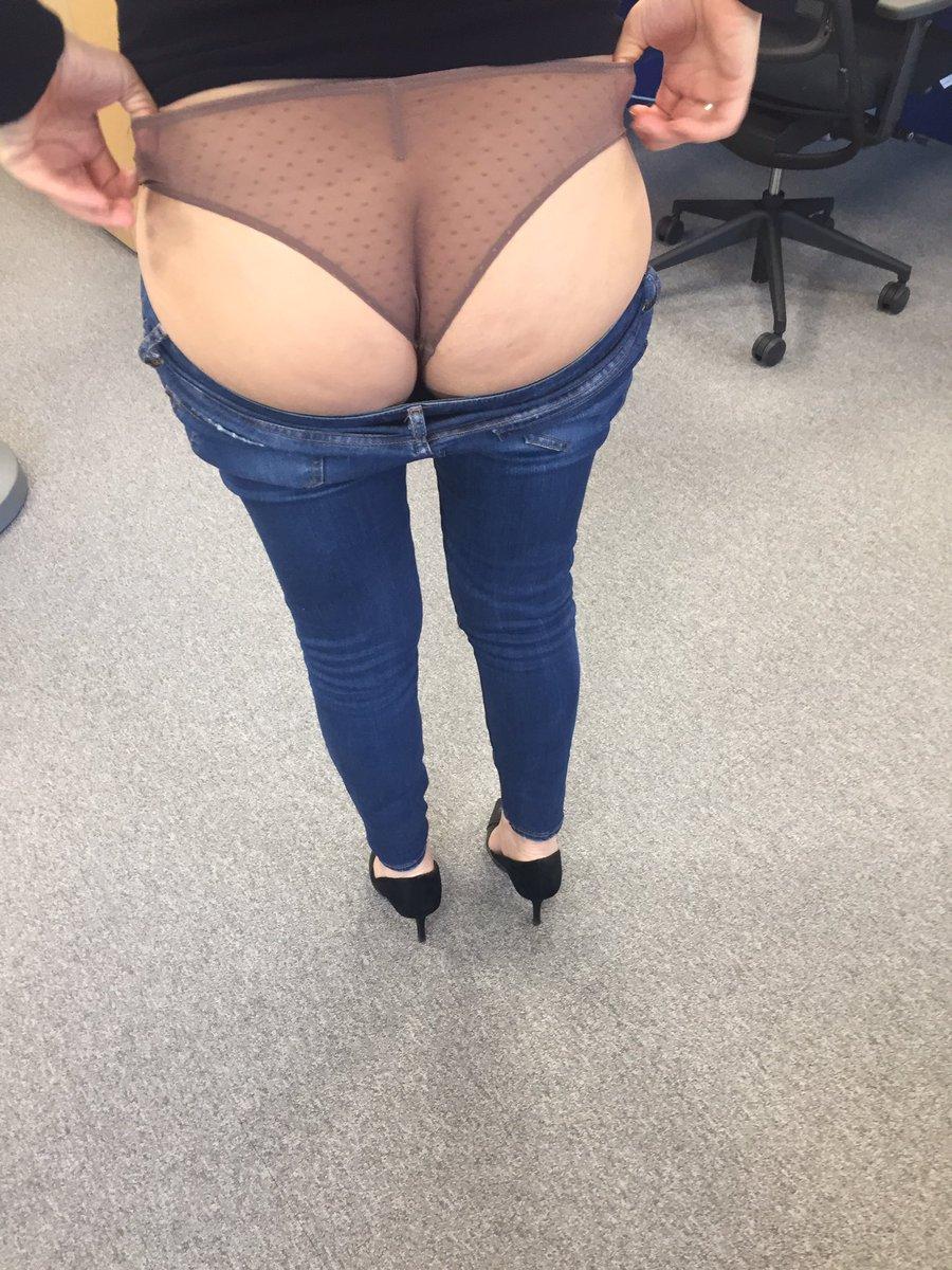 Elle setourne et exhibe sa belle et grosse paire de fesses