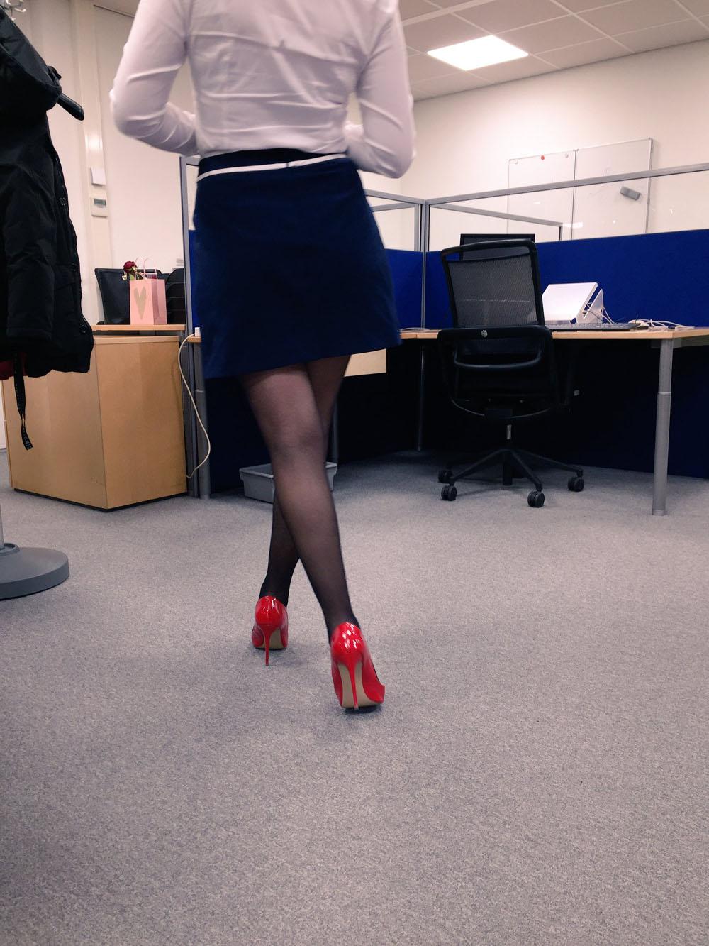 Jupe courte et escarpins rouge