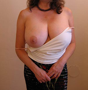 Femme du Loiret exhibe sa grosse poitrine.