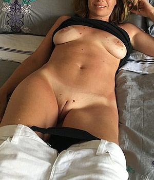 Toute nue sur le lit