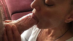 Couple candauliste : ma femme suce à la maison